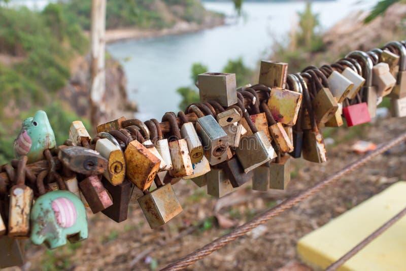 Het slot voor paar maakt een belofte voor altijd van te houden, lopers die op de sporen van brug, het teken van liefde en romanti royalty-vrije stock foto's