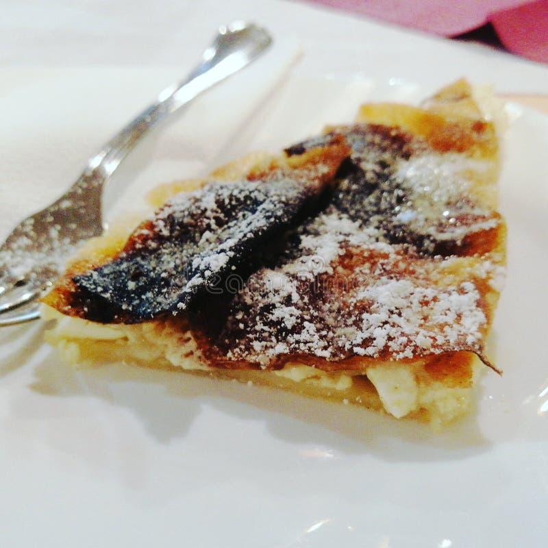 Het Sloveense traditionele voedsel, kaastaart, op een plaat, vork, sluit omhoog royalty-vrije stock afbeelding