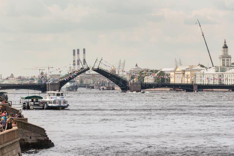 Het sluiten van de Paleisbrug stock fotografie