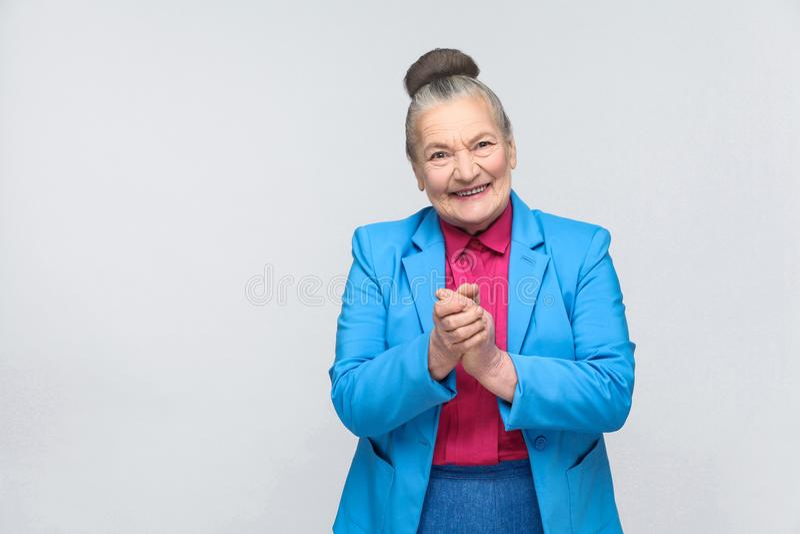 Het sluwe oude vrouw toothy glimlachen royalty-vrije stock foto's