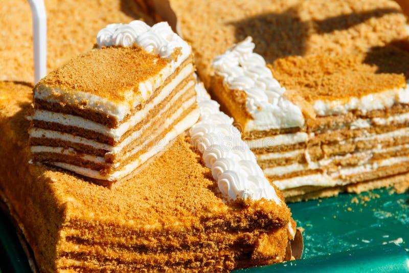 Het smakelijke eigengemaakte gelaagde close-up van de honingscake royalty-vrije stock afbeeldingen