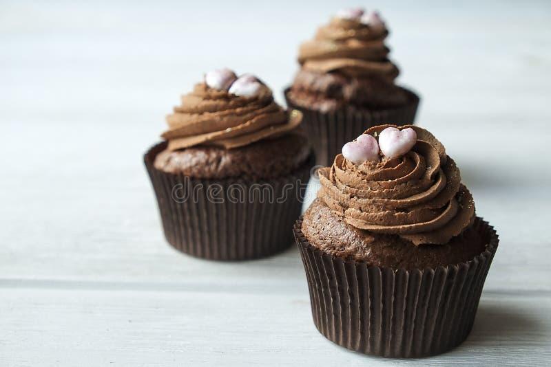 Het smakelijke huis maakte de gebakken snoepjes van de verjaardagsmuffin Yummy bakkerijproducten slecht voor cijfer Ongezonde sno stock foto