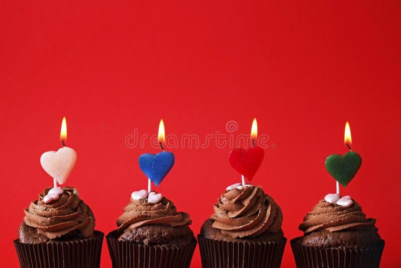 Het smakelijke huis maakte de gebakken snoepjes van verjaardagsmuffins Yummy bakkerijproducten slecht voor cijfer Ongezonde snoep stock fotografie