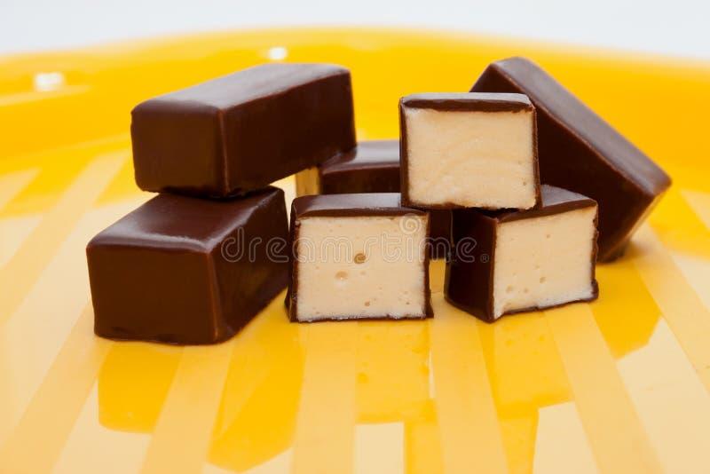 Het smakelijke kijken chocoladesuikergoed met soufflé royalty-vrije stock afbeeldingen