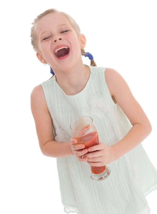 Het smakelijke rode tomatesap van de meisjedrank royalty-vrije stock fotografie