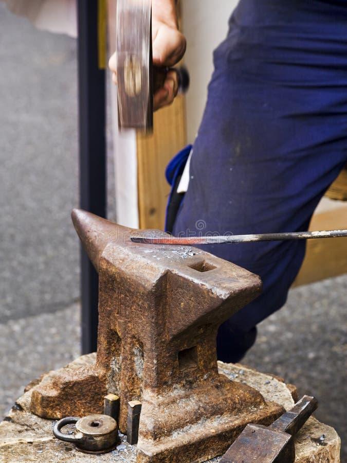 Het smeden van het ijzer terwijl het heet is stock fotografie
