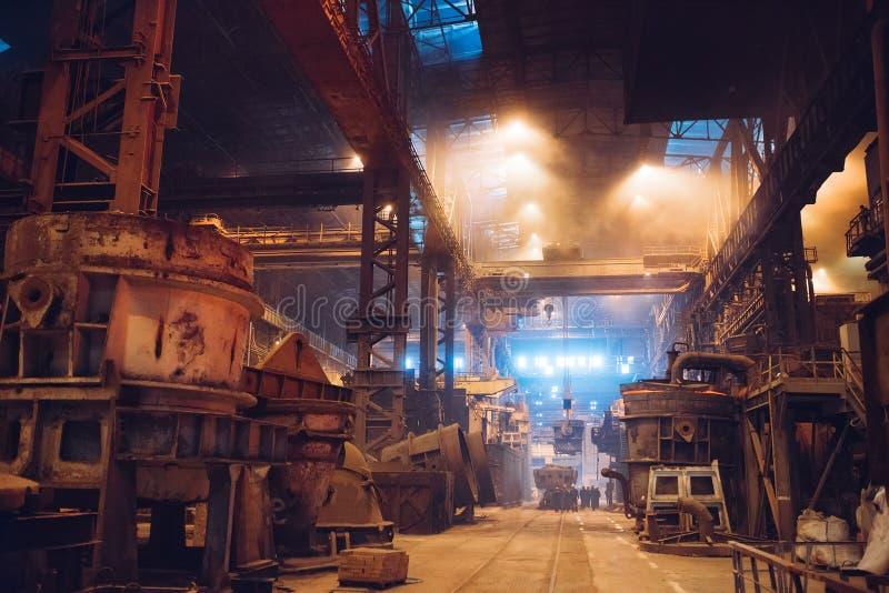 Het smelten van metaal in een staalfabriek De metallurgische industrie stock fotografie