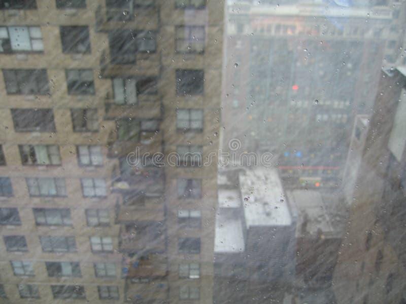 Het sneeuwen in springime stock foto's