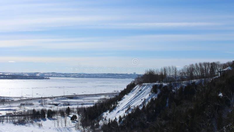 Het sneeuwlandschap van Quebec tijdens de winter, hemel en bomen stock foto's