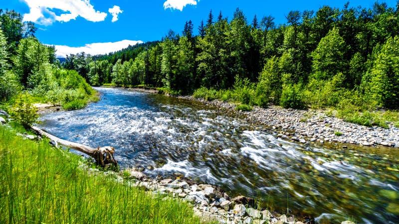 Het snel stromende water van de Coldwater-Rivier dichtbij de kruising tussen Coldwater-Road en de Coquihalla-Weg stock foto's