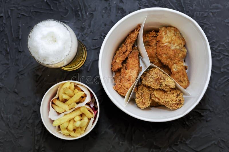 Het snelle voedsel, Bier, braadde kippenbenen, vleugels, goudklompjes, Franse frie royalty-vrije stock fotografie