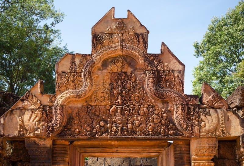 Het snijden details bovenop de belangrijkste ingang bij de temperaturen van Banteay Srei royalty-vrije stock foto's