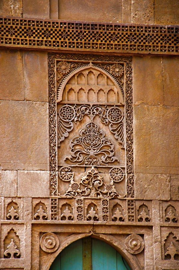 Het snijden details op de buitendiemuur van de Moskee van Sidi Sayeed Ki Jaali, in 1573, Ahmedabad, Gujarat wordt gebouwd royalty-vrije stock foto's
