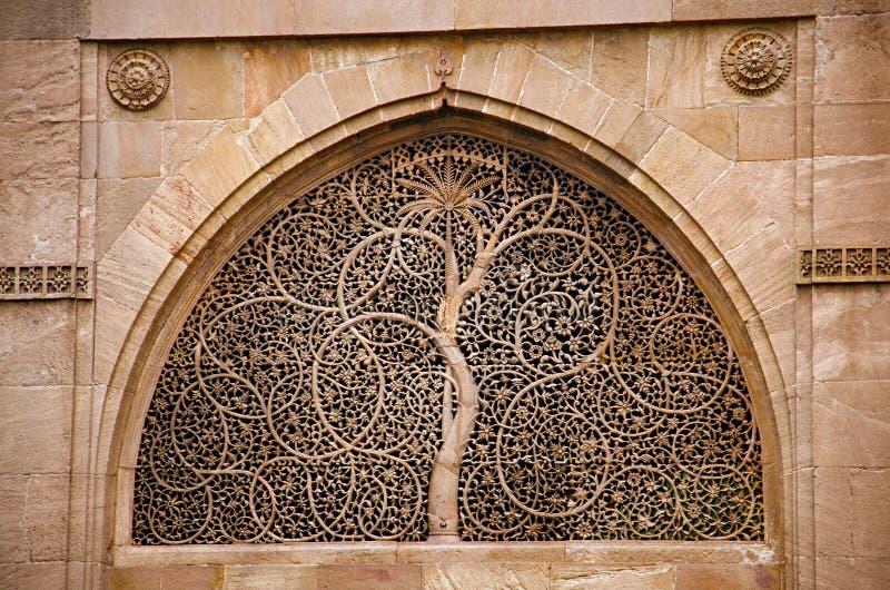 Het snijden details op de buitendiemuur van de Moskee van Sidi Sayeed Ki Jaali, in 1573, Ahmedabad, Gujarat wordt gebouwd stock fotografie