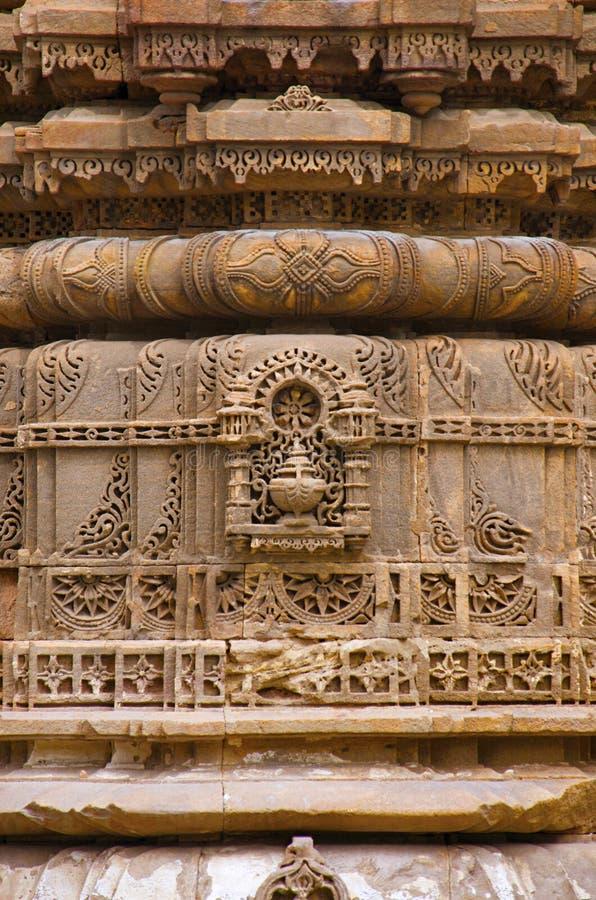 Het snijden details op de buitenmuur van Jhulta Minara, Ahmedabad, Gujarat royalty-vrije stock afbeelding
