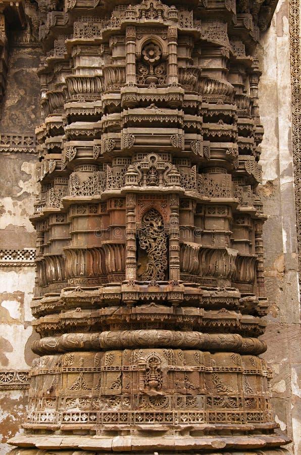Het snijden details op de buitenmuur van Jhulta Minara, Ahmedabad, Gujarat stock foto