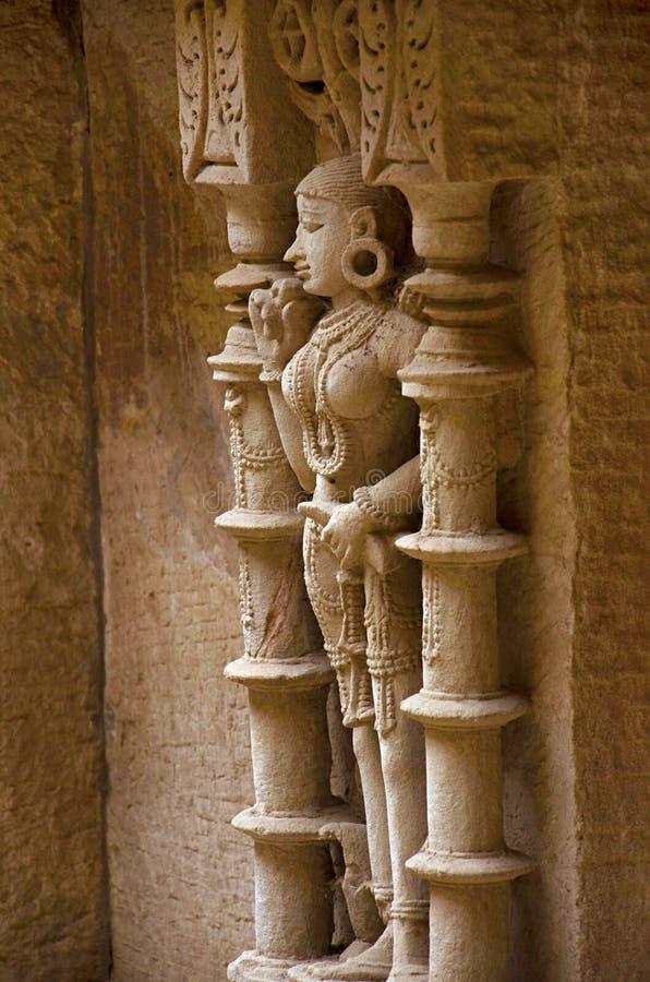 Het snijden details van een idool van apsara, op de binnenmuur van Ranien wordt gevestigd ki vav, ingewikkeld geconstrueerd stepw stock foto's