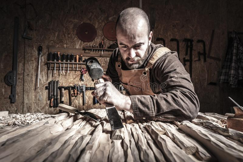 Het snijden het houten werken stock fotografie