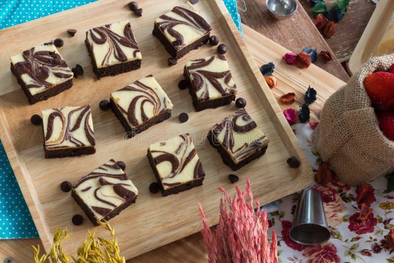 Het snijden van Brownie Cheesecake royalty-vrije stock foto
