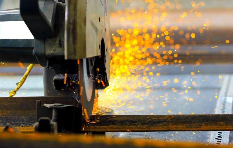 Het snijden van de bars van het ijzerstaal TMT met gemotoriseerde staalsnijder en generatie van vonken royalty-vrije stock afbeeldingen