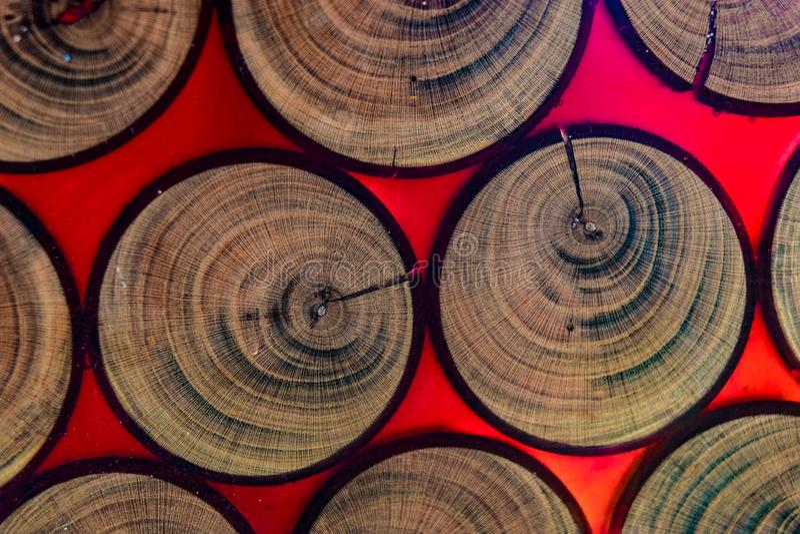 Het snijden van een boomboomstam in epoxyhars royalty-vrije stock foto's