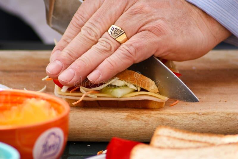 Het snijden van een sandwich royalty-vrije stock fotografie