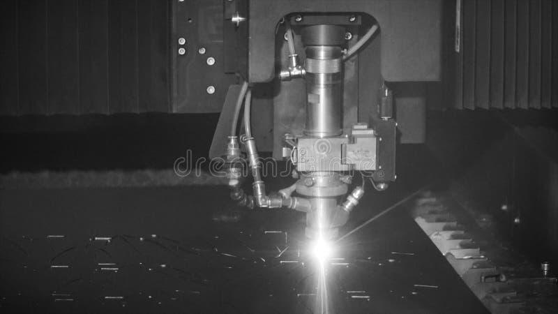 Het snijden van metaal Vonkenvlieg van zwart-wit laser, klem De Technologie van de lasersnijmachine Industrieel Laserknipsel royalty-vrije stock foto