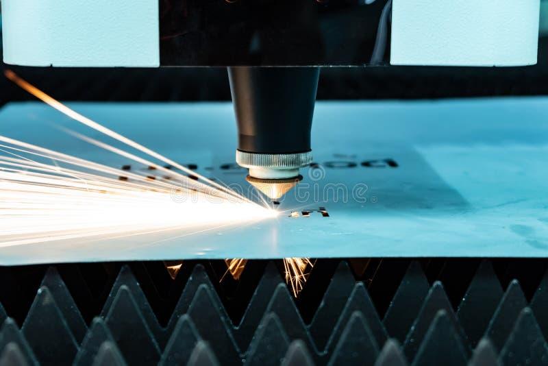 Het snijden van metalen vonken vliegt van laser stock foto