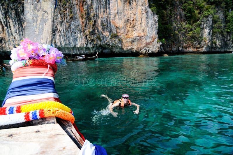 Het snorkelen bij mooie overzees stock afbeelding