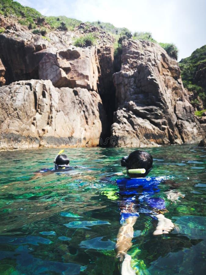 Het snorkelen toerist bij de holen van Pulau Pinang op het Eiland Redang royalty-vrije stock foto