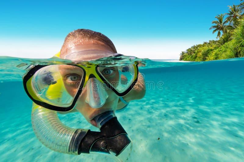 Het snorkelen vrouw die mooie oceaan onderzoeken sealife stock afbeelding