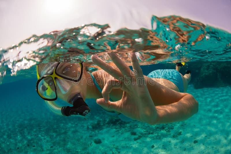 Het snorkelen vrouw die mooie oceaan onderzoeken sealife, onderwaterp stock foto's