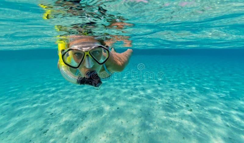Het snorkelen vrouw die mooie oceaan onderzoeken sealife, onderwaterp stock afbeeldingen