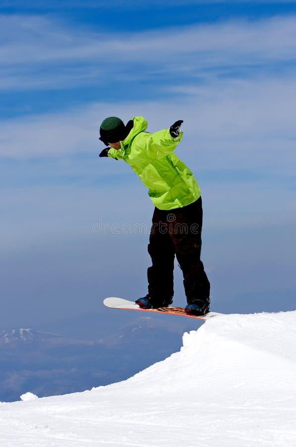 Het snowboarding van de mens op hellingen van Pradollano skitoevlucht in Spanje stock foto's