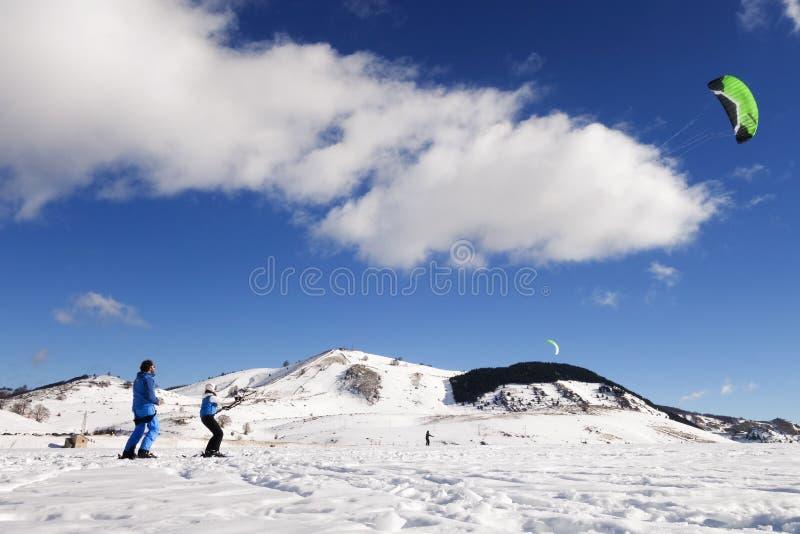 het snowkiting stock afbeeldingen