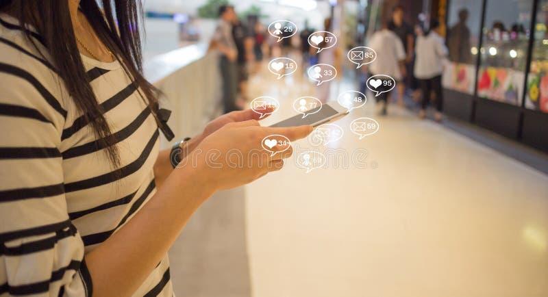 Het sociale media smartphone online bedrijfsbericht, houdt van, aanhangers en commentaar stock fotografie