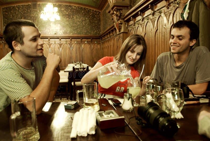 Het socialiseren van vrienden royalty-vrije stock foto