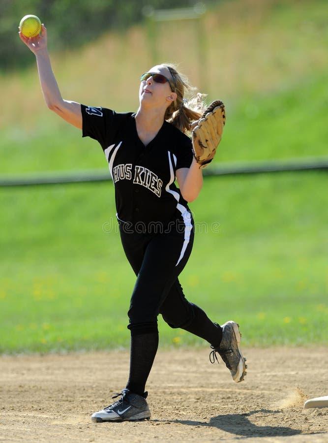 Het softball dat van meisjes - van infield werpt stock foto's