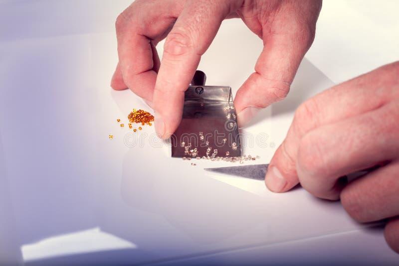 Het sorteren van diamanten stock foto