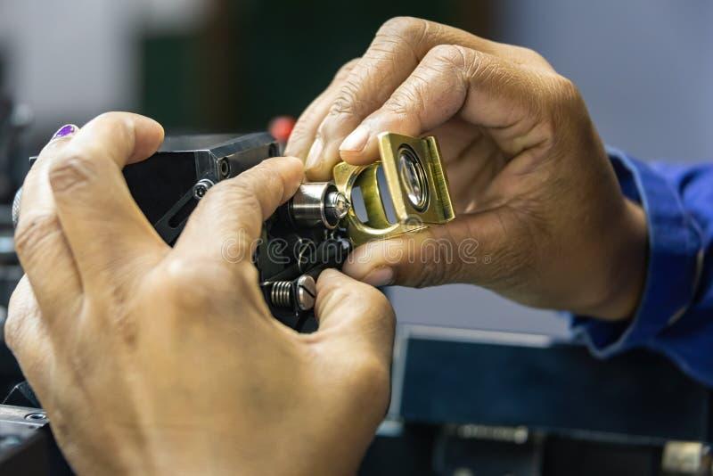 Het sorteren van duidelijkheid op diamanten stock fotografie