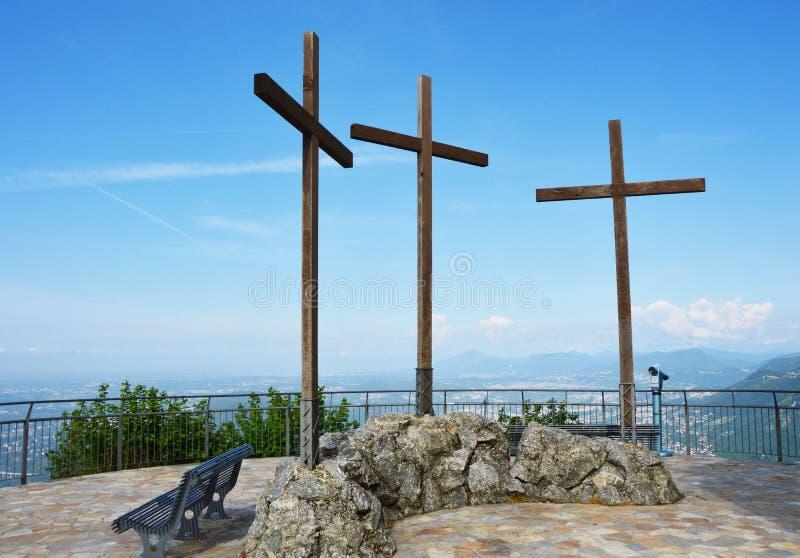 Het spectaculaire gezichtspunt van Monte Tre Croci drie kruisen zet vanaf de bovenkant van San Maurizio van Brunate, Como, Italië royalty-vrije stock afbeelding