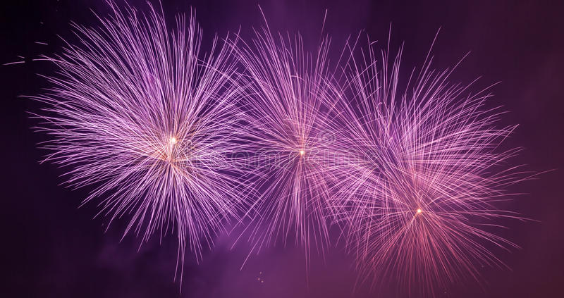 Het spectaculaire vuurwerk toont licht de hemel Nieuwe jaarviering Panorama royalty-vrije stock fotografie