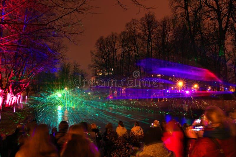 Het spectaculaire water en multi-colored licht en de laser tonen BOS VAN SENSATIES met fonteinelementen stock foto
