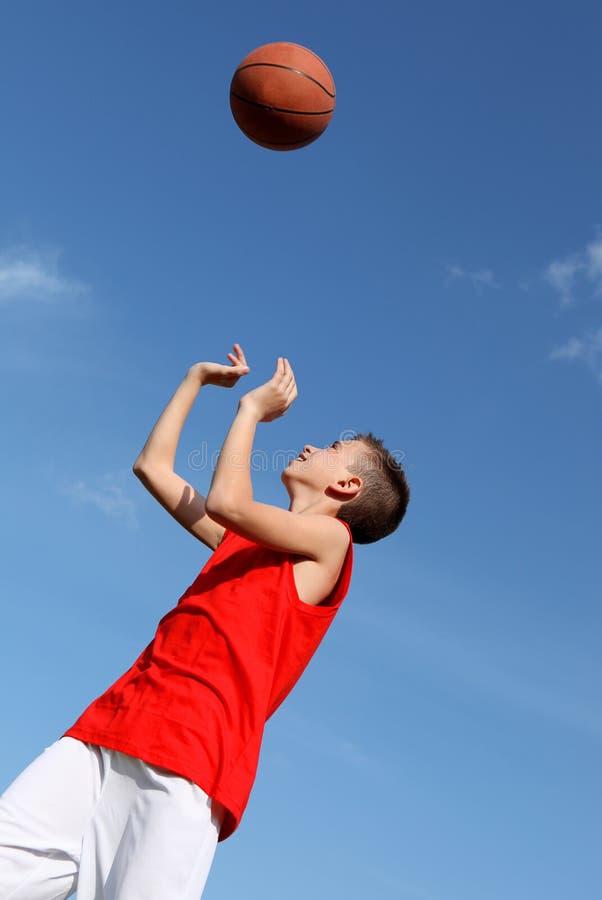 Het speelbasketbal van de jongen met bal royalty-vrije stock fotografie