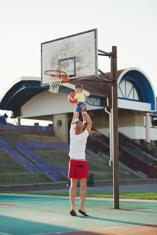 Het speelbasketbal van de vader en van de zoon royalty-vrije stock foto's