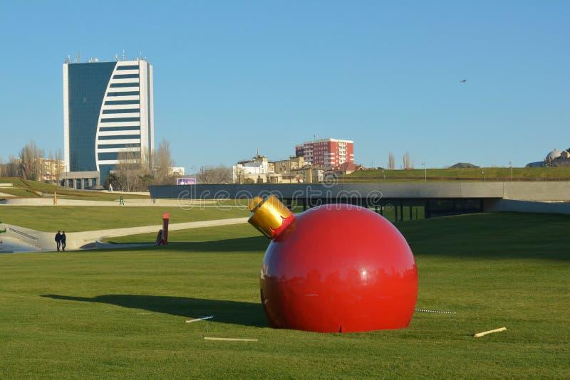Het speelgoed-beeldhouwwerk van het grote Nieuwjaar dichtbij Heydar Aliyev Center stock afbeelding