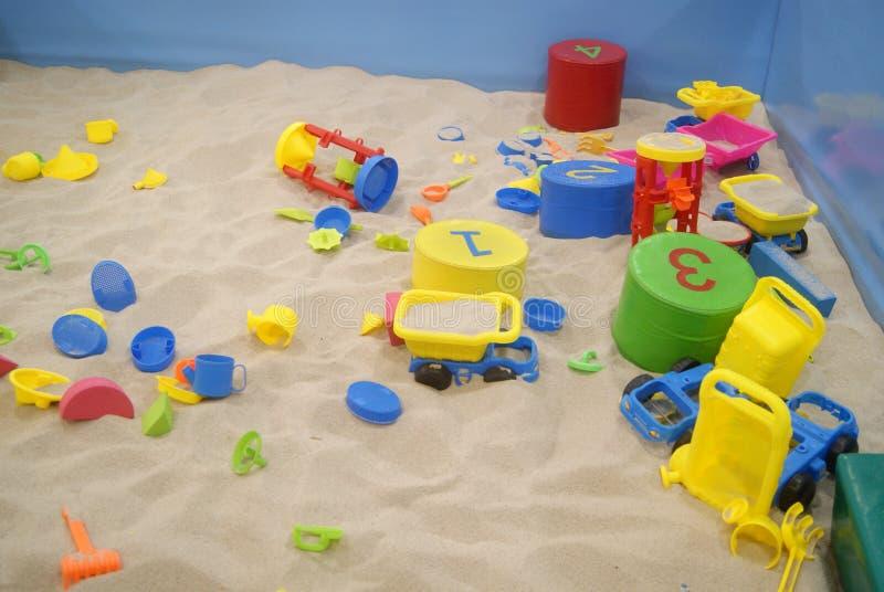 Het speelgoed en het strand van kinderen stock afbeeldingen