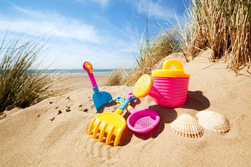 Het speelgoed van het de zomerstrand in het zand stock afbeelding