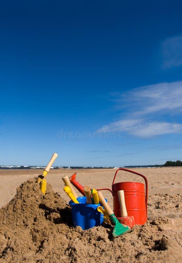 Het speelgoed van het strand in het zandige strand stock fotografie