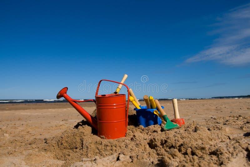 Het speelgoed van het strand in het zandige strand royalty-vrije stock afbeelding